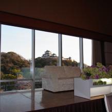 高砂席の後ろに和歌山城が見えます。