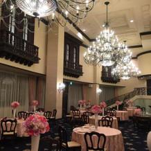 披露宴会場です。シャンデリアが素敵です。