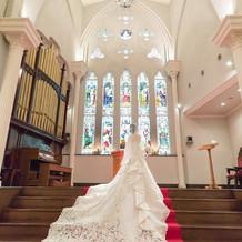 ウェディングドレスが映える美しいチャペル