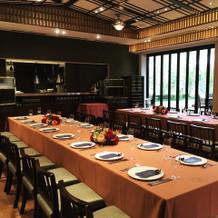 会食会場のオープンキッチン