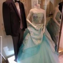 サロン横のドレス展示