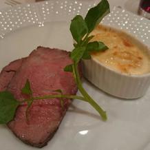 二種類の肉の味を楽しむことができる肉料理