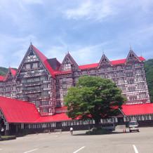 赤い屋根が素敵なホテルです