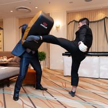元空手家現柔術家の高速蹴りを受ける新郎