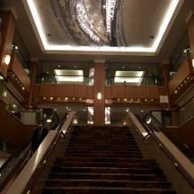 階段とシャンデリア