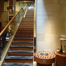 チャペルと披露宴会場を繋ぐ階段