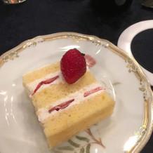 デザートのウェディングケーキ