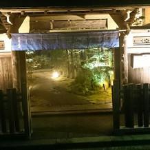 ライトアップされた入口