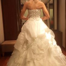 試着したウエディングドレス1の後ろ