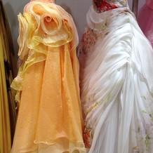 柔らかい素材のカラードレス