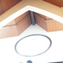 教会のステンドグラスは逆光だった