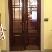 イギリスから運ばれた重厚なドア