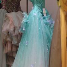 夏らしいイメージのカラードレス