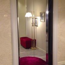 鏡張りのエレベーターが各所に