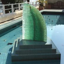 プールのオブジェ。ホテルの形!