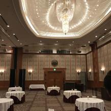 天井が高くて広めな披露宴会場
