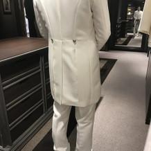 白スーツ後姿