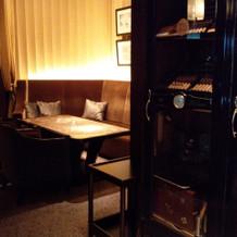待合室はバーラウンジで渋く素敵。シガーも