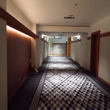 廊下が長いが、横幅が広く窮屈さはない