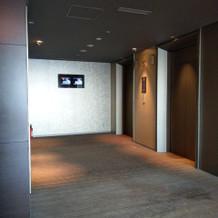 高層ホテルならではのエレベーター移動が主