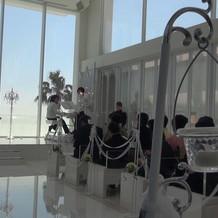 大きなガラス張りの式場