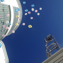 青空の下、ベルの音と風船