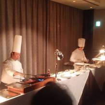 シェフがその場で料理しているところ。