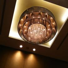 披露宴会場のこった照明