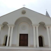 白を基調とした素敵な教会。
