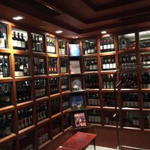 入口入って正面にこのワインセラー
