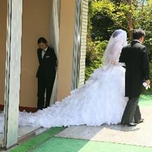 ドレス横から。ロングトレーン。