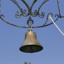 挙式の最後に新郎新婦で鐘を鳴らします。