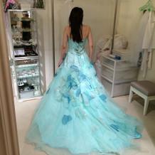 ドレス試着。珍しいデザイン
