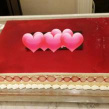 最初はシンプルなウエディングケーキ