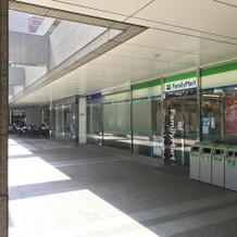 1階にコンビニやコーヒー店。