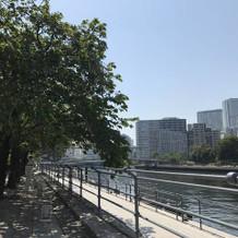 すぐ側に駅や運河。