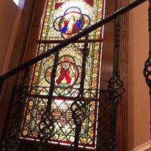 階段にもステンドグラス