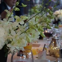 ゲストテーブルのお花と雰囲気