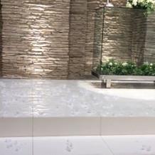床に残ったフェザーシャワーも素敵
