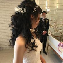 ヘッドドレスに大ぶりイヤリング。