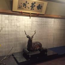木彫りの鹿がお出迎え