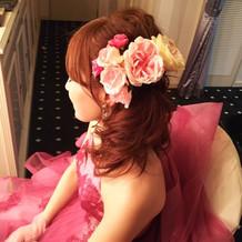 色ドレスでは提携先のヘッドドレスを使用。