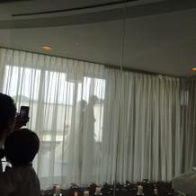 式場から花嫁が入ってくる姿が見えます。
