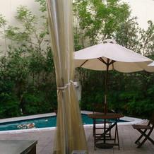 ガーデンの脇にプールもあります