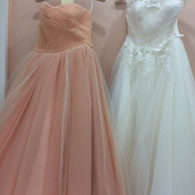 ウェディングドレスとカラードレス