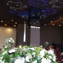 披露宴会場の天井に青いイルミネーション