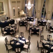 披露宴会場 天井がとても高く開放感抜群