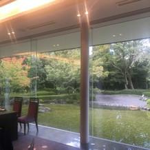 披露宴会場から見る池