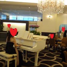 入口スペースでピアノ演奏