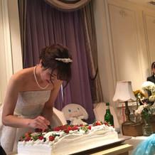 結婚証明書を模したケーキへ署名